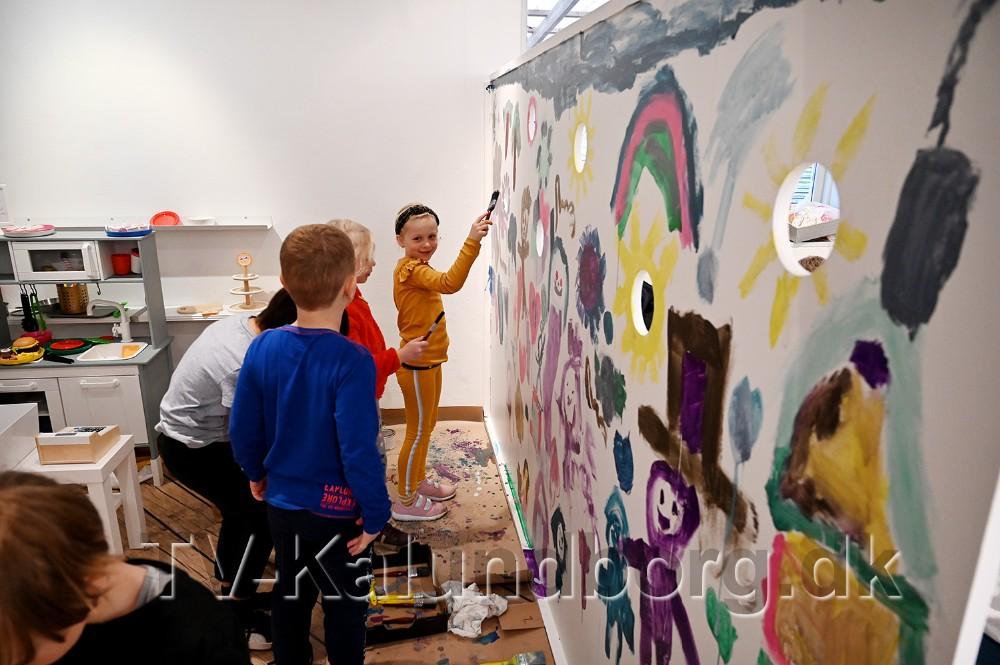 Elever fra 1. klasse på Tømmerup Skole har dekoreret det nye børnehjørne. Foto: Jens Nielsen