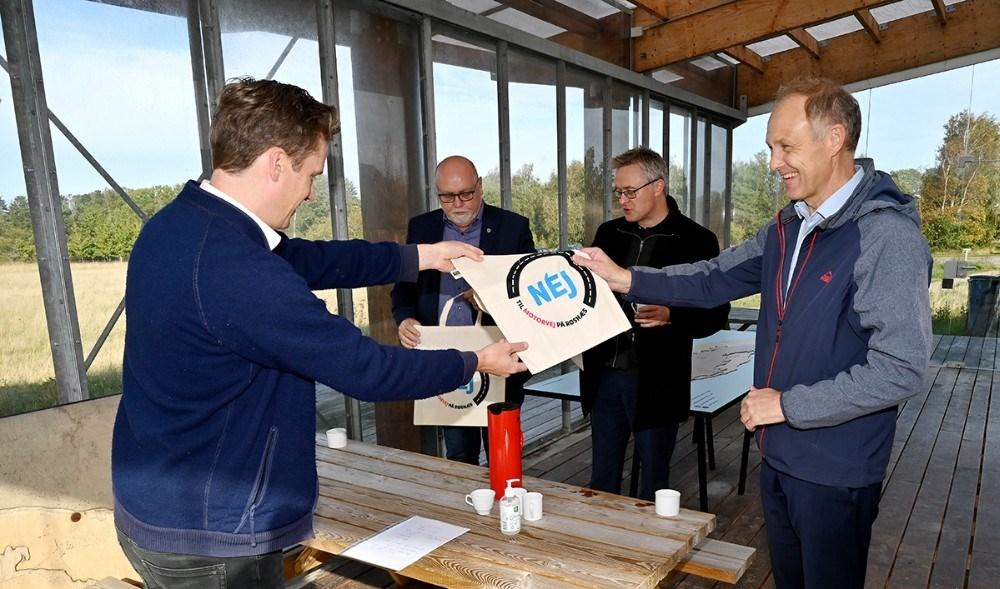 Politikerne fik en gave med hjem. Foto: Jens Nielsen