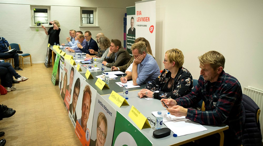 12 politikere i panelet til vælgermøde på Rynkevangskolen. Foto: Jens Nielsen