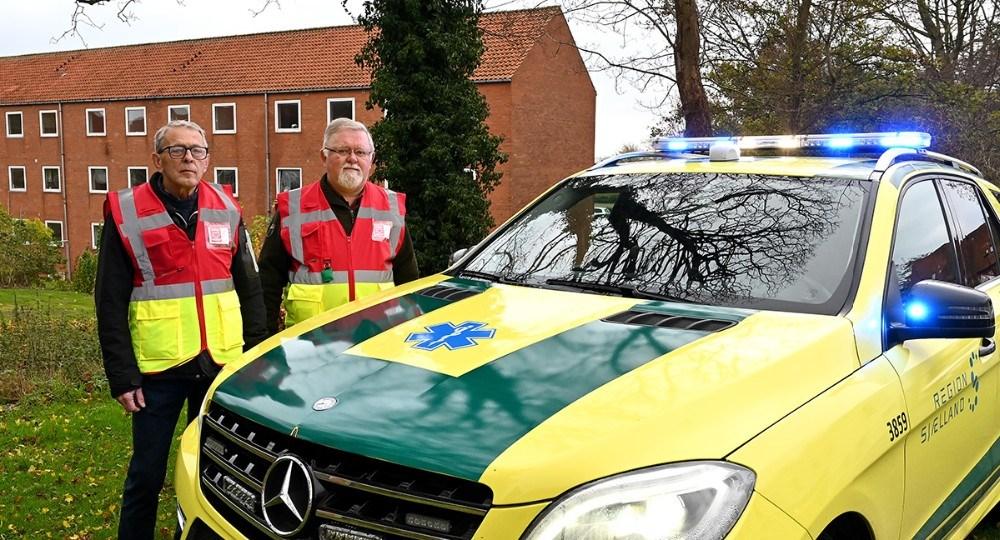 Ole Nielsen og Bjarne Jensen er to af førstehjælperne i Kalundborg under Danmark Redder Liv, her fanget foran paramedicinerens bil. Foto: Jens Nielsen