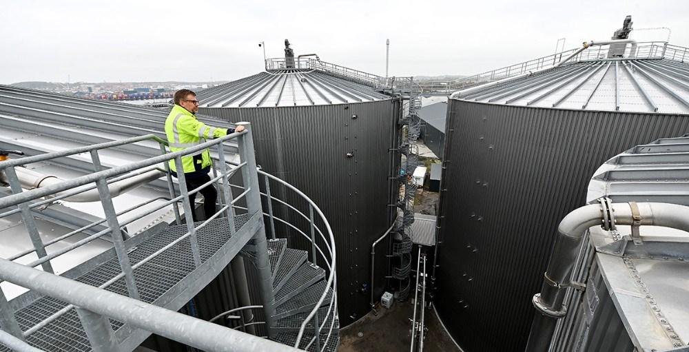 Erik Lundsgaard, direktør hos Kalundborg Bioenergi, på toppen af de 23 meter høje reaktorer. Foto: Jens Nielsen
