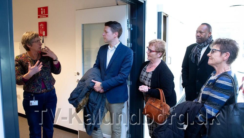 Fra venstre genoptræningschef og administrator for huset, Jette Stobbe Olesen, Rasmus Horn Langhoff og de tre socialdemokratiske kommunalbestyrelsesmedlemmer, Kirsten Rask, Sylvester Agbedoglo og Gunver Jensen. Foto: Jens Nielsen