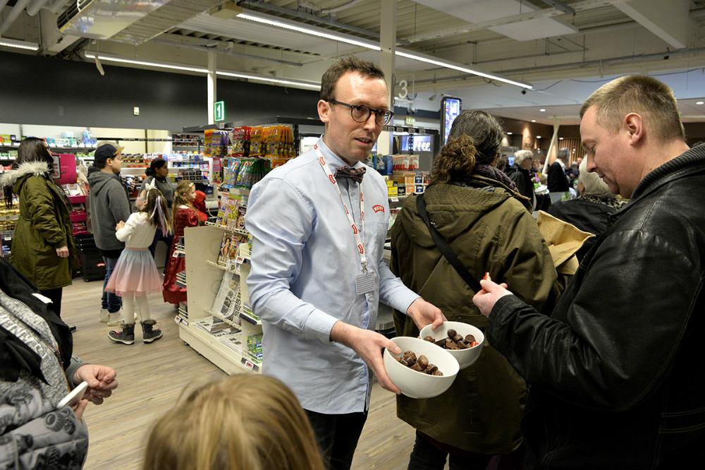 Michael Rasmussen delte chokolade ud til børn og forældre som stod i kø til tøndeslagningen. Foto: Jens Nielsen