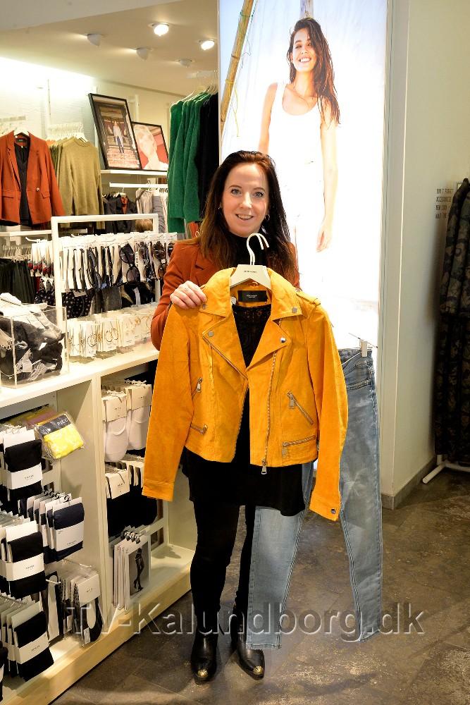 Christina Nielsen, butikschef hos Vero Moda i Kalundborg, har masser af flot festtøj til konfirmanden. Foto: Jens Nielsen
