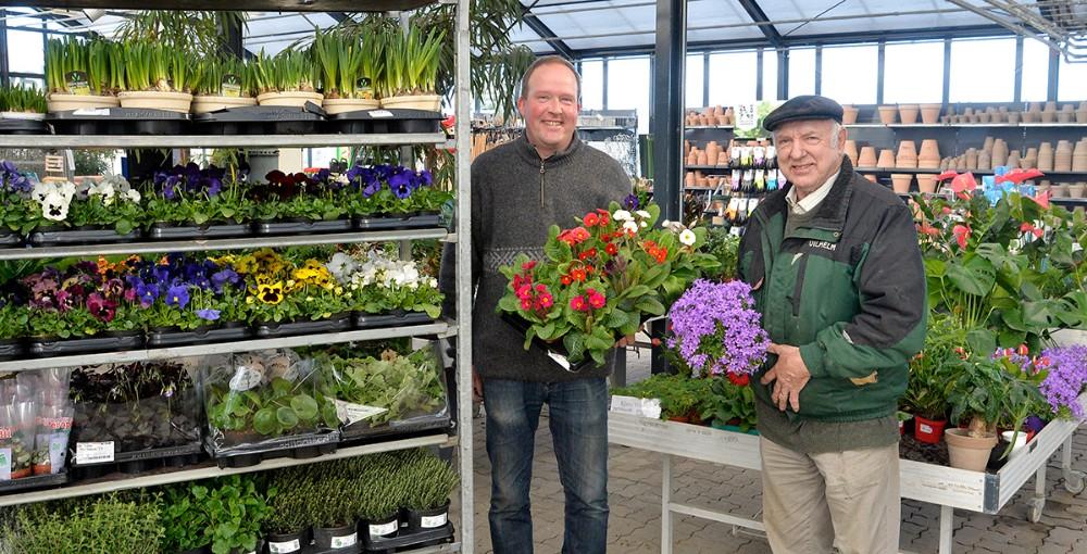 Indehaverne af Havecentret, Rasmus Jensen ogVilhelm Rosendal, er i forårshumør og har masser af blomster og planter til gode priser. Foto: Jens Nielsen