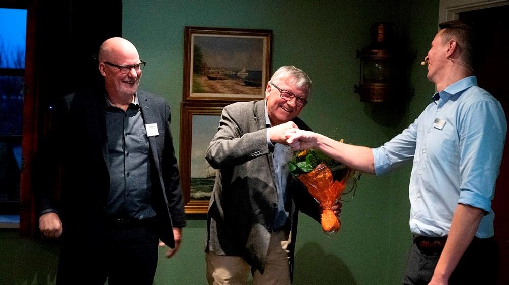 I disse corona-smitte tider var der hverken kram eller håndtryk, men det blev dog til en knyttet næve mellem Ole Lauritsen og Jens Lerager, til venstre næstformand Torben Berner. Foto: Jens Nielsen