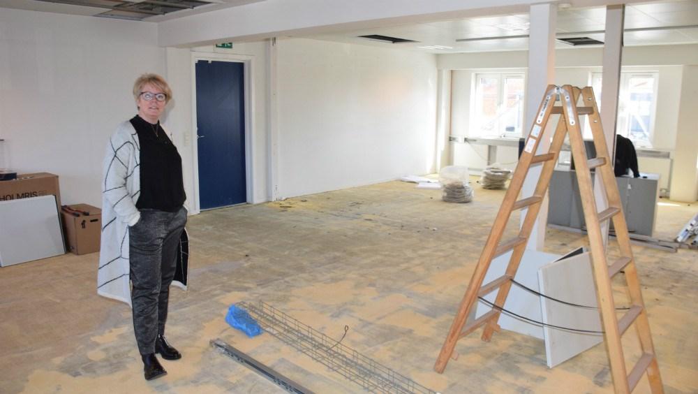 Filialdirektør i Nordea Kalundborg,Heidi Broskov Sørensen, viser lokalerne frem, der er i gang med at blive istandsat. Foto: Gitte Korsgaard.