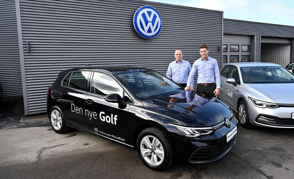 Brian Petersen og Rasmus Klarskov fra Volkswagen Kalundborg, er klar til at vise den nye Golf 8 frem i den kommende weekend. Foto: Jens Nielsen