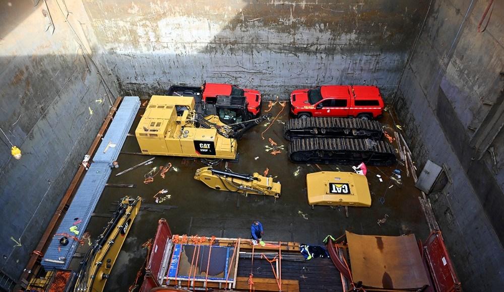 En stor gravemaskine og flere amerikanske trucks er lastet i Kalundborg. Foto: Jens Nielsen