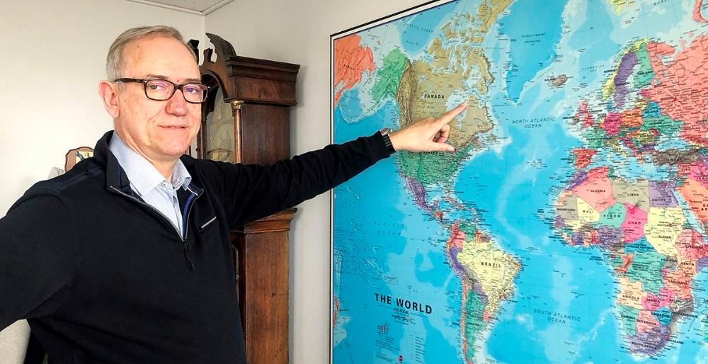 Direktør for Schultz Shipping i Kalundborg, Gustav Jakobsen, viser på kortet hvor det er Nunavik skal sejle til. Foto: Jens Nielsen