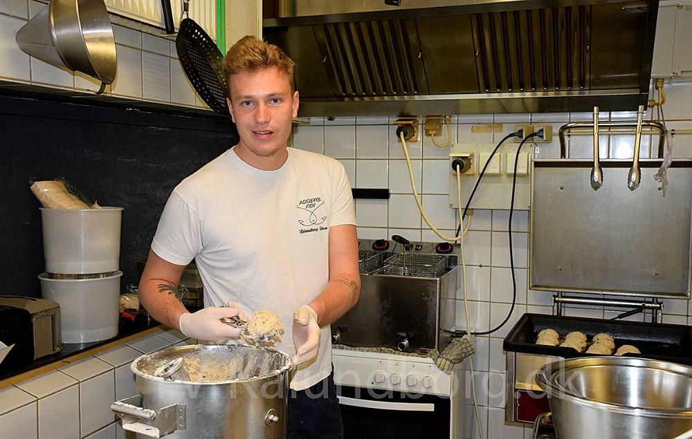 Asger Øgelund er i fuldsving med at lave fiskefars fra morgenstunden.Foto: Gitte Korsgaard.