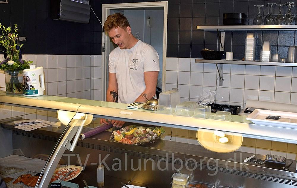 Asger Øgelund i sin fiskeforretning på havnen i Kalundborg. Foto: Gitte Korsgaard.