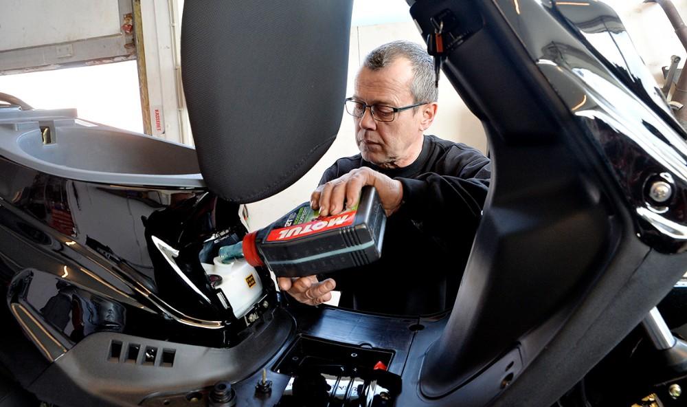 På værkstedet udføres alle former for reparationer og service på såvel almindelige scootere som el-scootere. Foto: Jens Nielsen