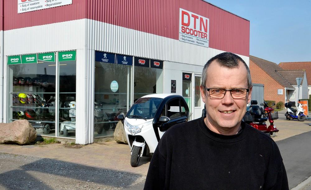 Rene Jensen foran sin forretning, DTN Scooter på Slagelsevej. Foto: Jens Nielsen