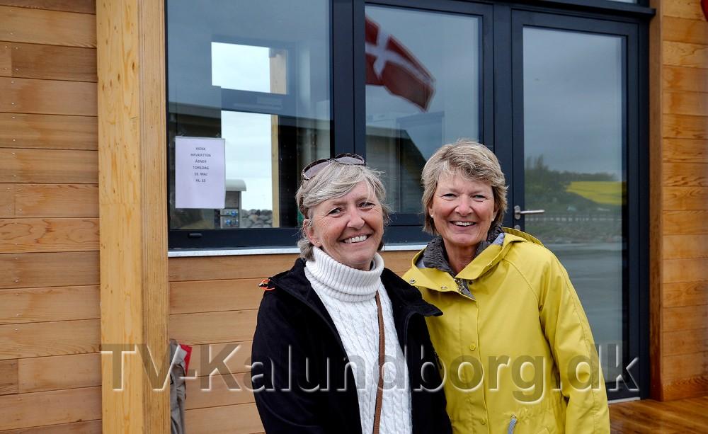 Annemette Hansen og Lisbet Vistisen åbner havnekiosken på Røsnæs Havn. Foto: Jens Nielsen