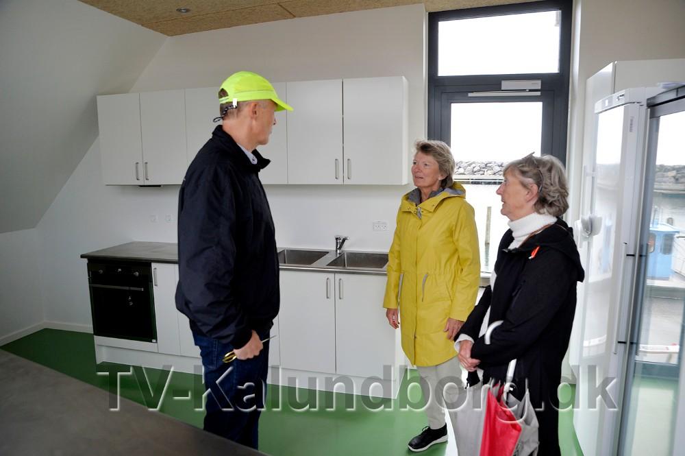 De to søstre viser borgmester Martin Damm rundt i de nye lokaler. Foto: Jens Nielsen