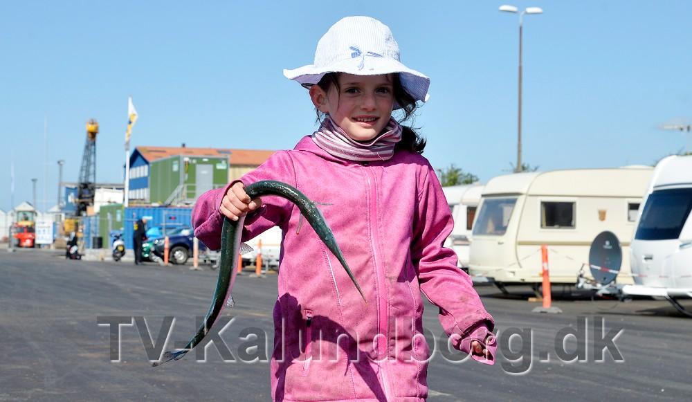 6-årige Emilie med en flot hornfisk fanget af hendes far. Foto: Jens Nielsen
