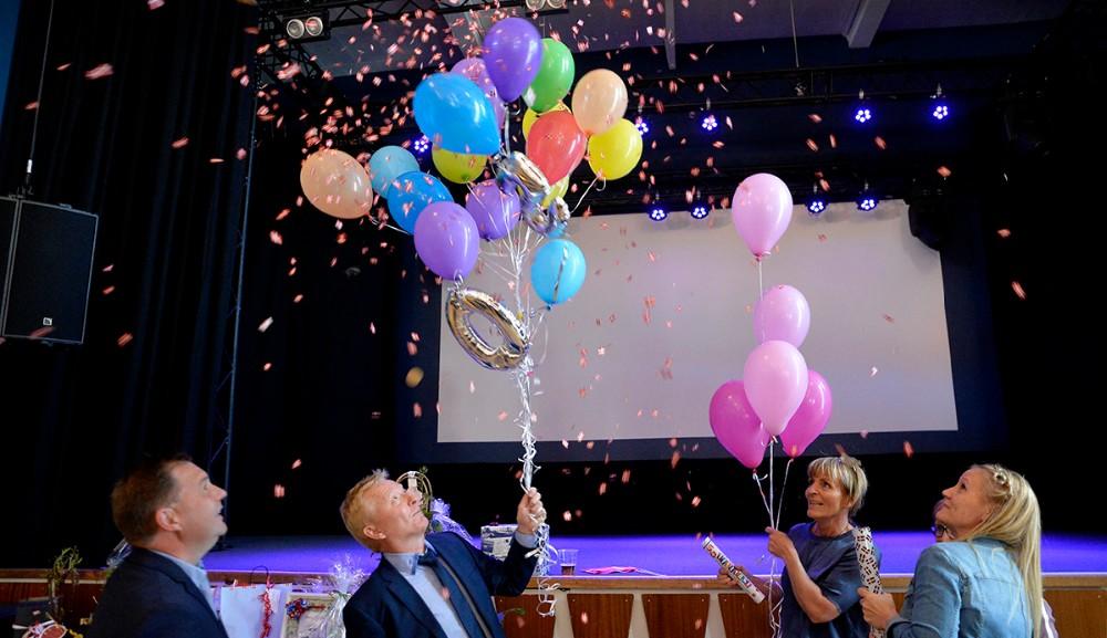 Svigermor Helle Hansen havde masser af balloner med til fødselaren. Foto: Jens Nielsen