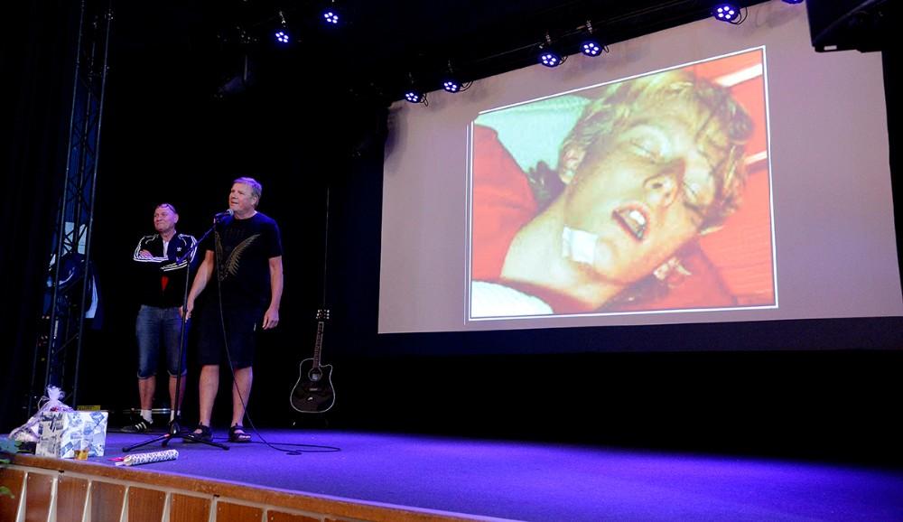 De to såkaldte 'venner', Søren Friis og Flemming Larsen, præsenterede et diasshow med billeder fra Mortens unge dage. Foto: Jens Nielsen