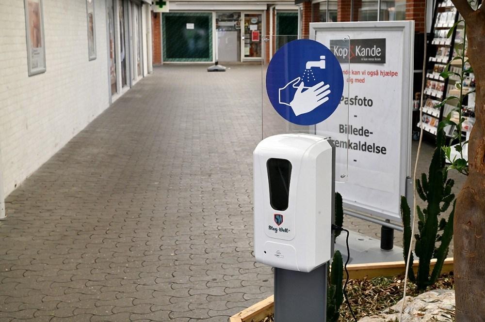 Der er håndsprit ved alle indgange til Høng Centret. Foto: Jens Nielsen