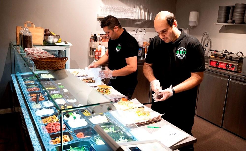Mehrdad Rahmian og Yasser Behbahani havde rigtigt travlt da Mayo åbnede igen. Foto Jens Nielsen