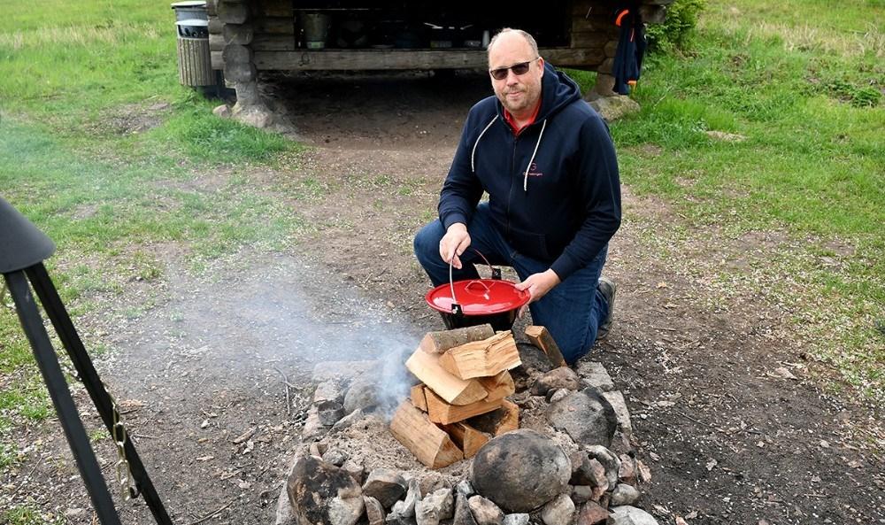 Marttin Lawsen lavede mad over bål mens deltagerne tog billeder. Foto: Jens Nielsen