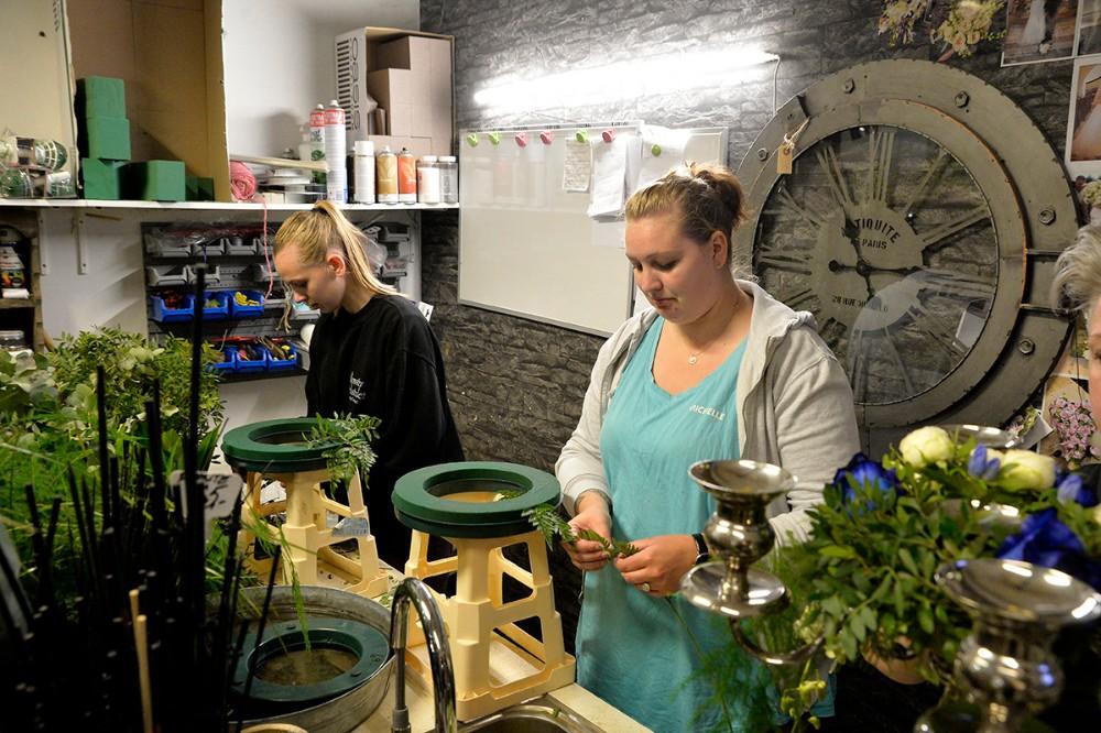 Søstrene Michelle og Jannie i gang med blomsterdekorationer. Foto: Jens Nielsen