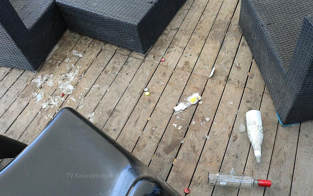 Rigtig mange borgere har taget godt imod Kalundborg Havnepark, hvilket Kalundborg Kommune er glade for, men deter et fælles ansvar at passe på havneparken, og det går ikke så godt for øjeblikket. Især unge mennsker har svært ved at finde ud af at opføre sig ordenligt og rydde op efter sig. Her et et uddrag af parken efter pinsen.