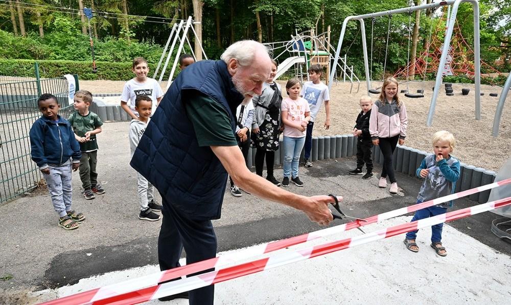 Formand for KAB, Richard Poulsen, klippede det rød/hvide bånd over. Foto: Jens Nielsen