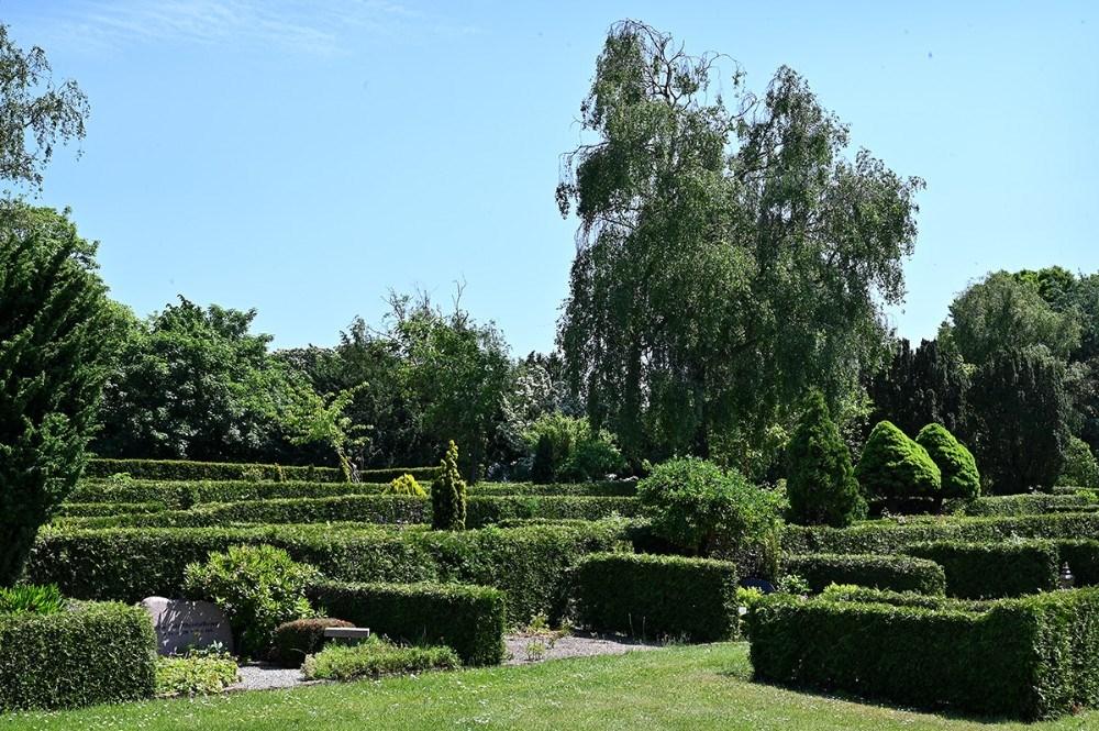 Omkring en fjerdedel af kirkegården skal omlægges tilmiddelalderkirkegård. Foto: Jens Nielsen
