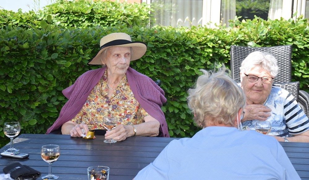 Fredag formiddag åbnede fredagsbaren på Plejecenter Enggården. Fotos: Gitte Korsgaard.