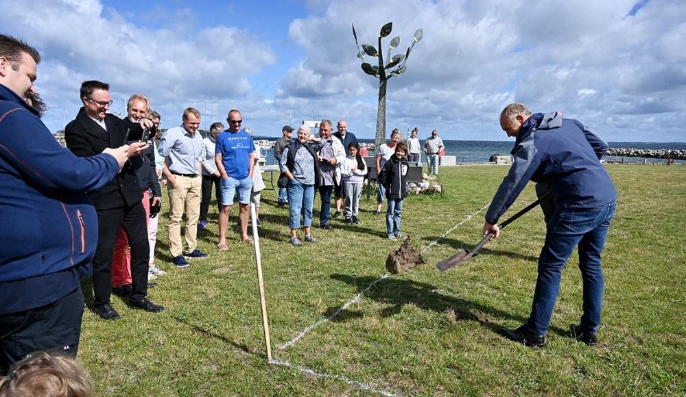 Borgmester Martin Damm tog det første spadestik til en helt ny legeplads. . Foto: Jens Nielsen