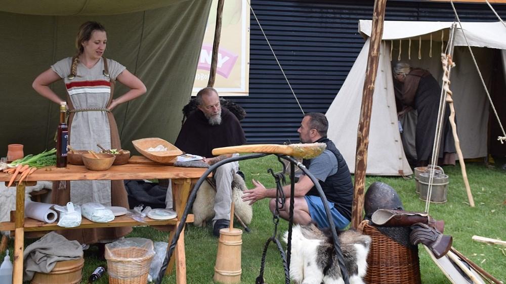 Lørdag stod frivllige fra Fugledegård foran Meny Kalundborg for at fortælle og vise lidt om vikingelivet. Fotos: Gitte Korsgaard.