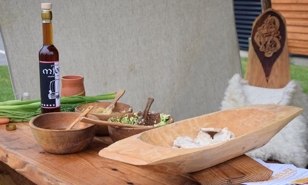 Der blev budt på smagsprøver i form af bl.a. brød bagt over bål med ærte- eller honningsmør. Foto: Gitte Korsgaard.