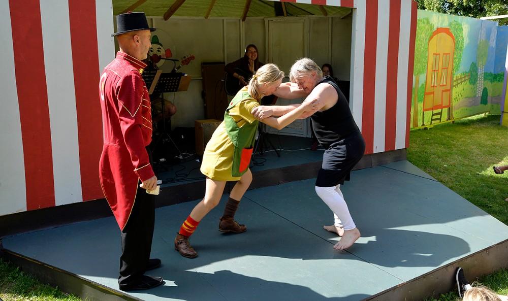 Pippi i kamp med stærke Adolf. Foto: Jens Nielsen