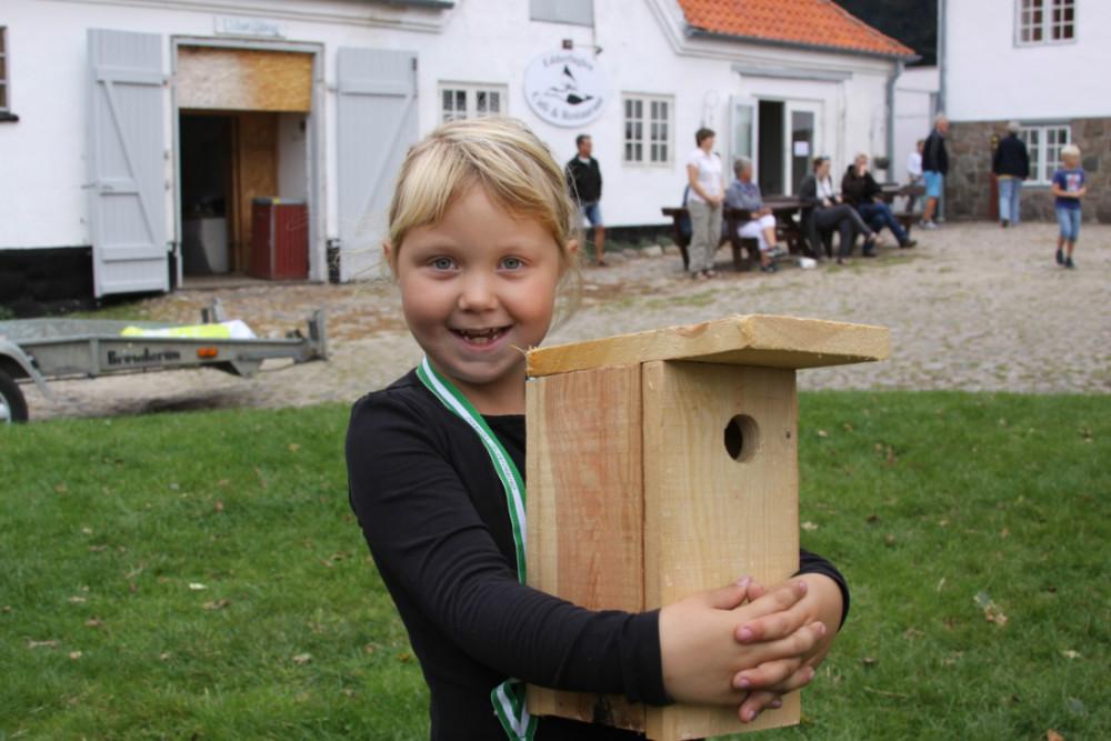 Mathilde Faarbech har netop lavet et fint fuglehus. Foto: Gitte Korsgaard