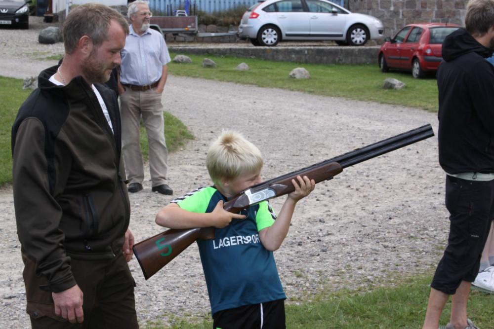Man kunne få lov at prøve at skyde med gevær på Naturens Dag på Røsnæs. Foto: Gitte Korsgaard.
