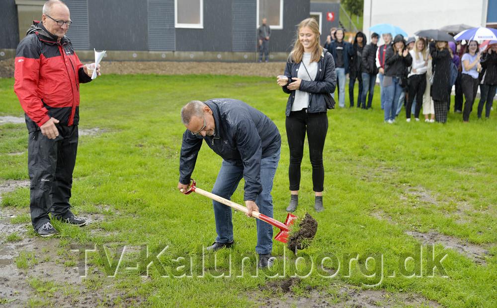 Formand for Kalundborg gymnasium bestyrelse, Ole Glahn tog det første spadestik til det nye byggeri. Foto: Jens Nielsen