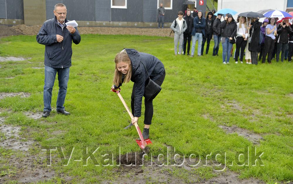 Elevrådsformand Camilla Lyhne-Hansen foretog det andet spadestik til det nye byggeri. Foto: Jens Nielsen