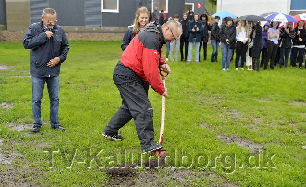 Rektor Peter Abildgaard Andersen tog det tredje spadestik. Foto: Jens Nielsen
