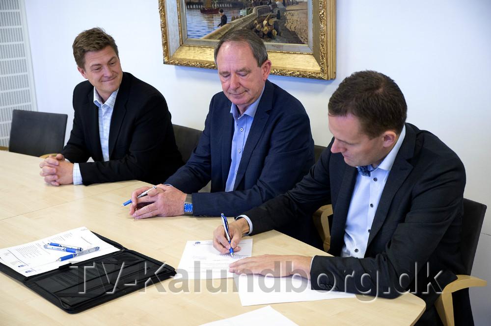 Billede fra kontrakt underskrivningen af kontrakterne, onsdag formiddag. Foto: Jens Nielsen