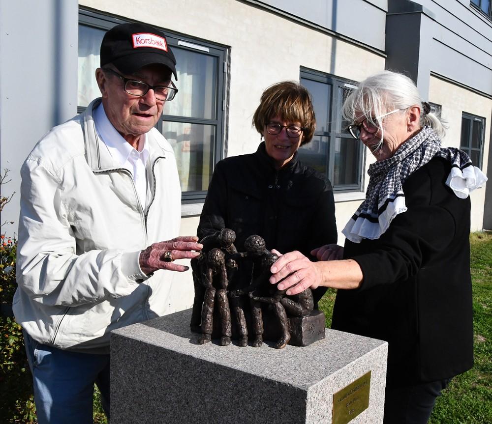 •Beboer Ib Leo Sørensen sammen med kunstneren Bodil Dam (i midten) og sygehjælper Irene Danielsen ved den ny skulptur. Foto: Claus Sørensen