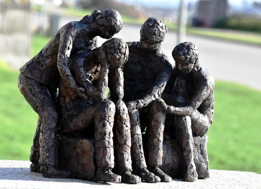 •Skulpturen »Sammen klarer vi det«. Fyldt med symbolik. Foto: Claus Sørensen