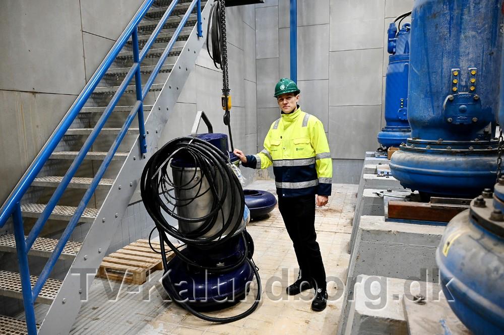 Maskinmester Jesper Skovgaard ved en af de nye pumper. Foto: Jens Nielsen