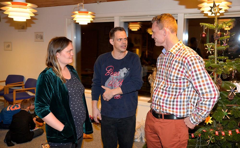 Hans Henrik Madsen, formand for Vestsjællands Jagtforening, til højre, i snak med et par af aftenens gæster. Foto: Jens Nielsen