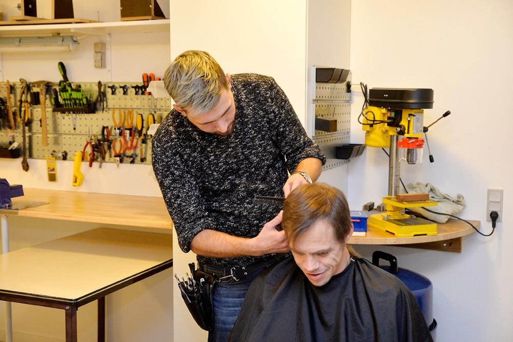 Salon Carlsen i gang med at klippe gæsterne. Foto: Jens Nielsen