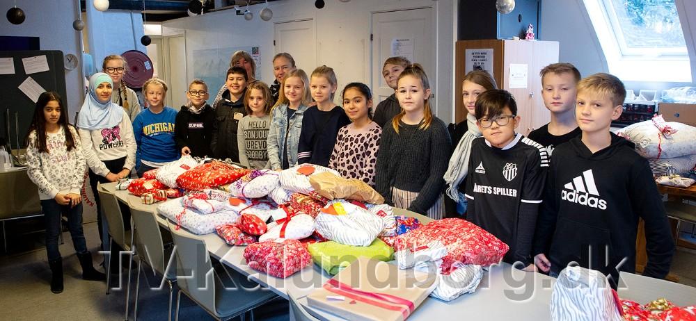 5B fra Høng Skole var tirsdag forbi Medborgerhuset med hele 164 julegaver til udsatte og hjemløse borgere. Foto: Jens Nielsen
