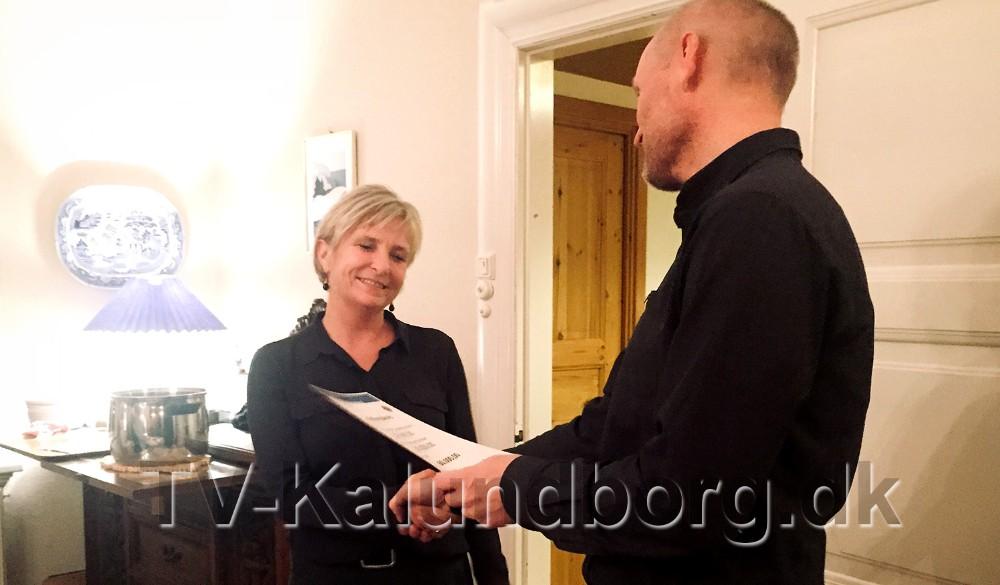 Forstander for julemærkehjemmet, Christine Conradsen, fik overrakt 60.000 kr. af præsident for Lions Club Høng,Lars Christian Hartvig. Privatfoto