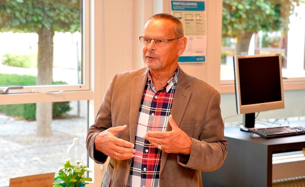 På Kalundborg Bibliotek er det Ole Glahn, formand for Kultur- og Fritidsudvalget i Kalundborg Kommune, der afslører forårets program. Foto: Jens Nielsen