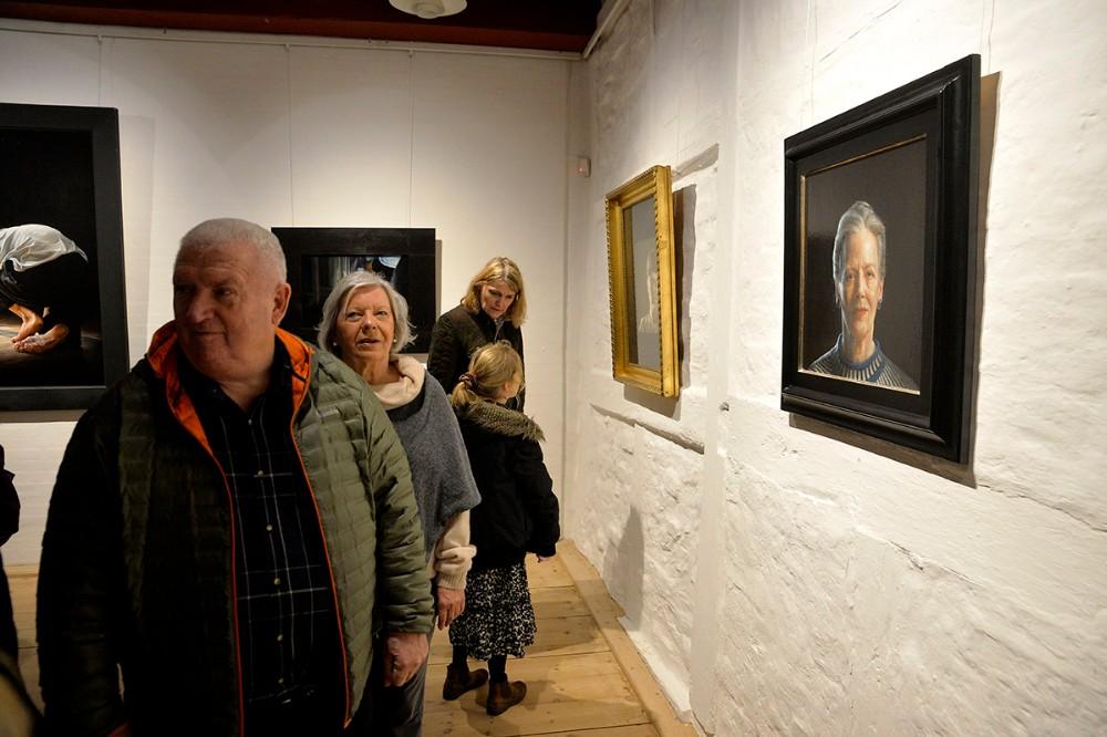 Rigtigt mange havde fundet vej til Bispegården til fernisering på udstillingen med Thomas Kluge. Foto: Jens Nielsen